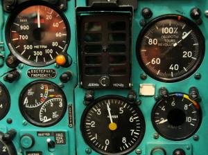 Motorové přístroje, otáčkoměr, teploměr výstupních plynů a palivoměr. Uprostřed je světelné tablo signalizace stavu motoru.