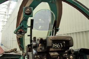 Část hlavy sdruženého zaměřovače s průhledovým sklem, na které se zobrazují parametry cíle.