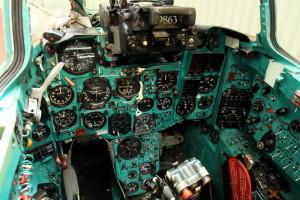Celkový pohled do kabiny letadla překvapí množstvím přístrojů, spínačů a ovladačů.