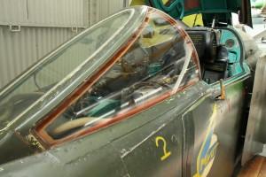 Čelní štítek kabiny s pancéřovým vyhřívaným sklem. Na vnějším boku kabiny je vidět přídavná pancéřová deska, charakteristická pro verzi BN.