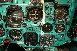 Část přístrojů pro kontrolu letu a motoru. Vpravo jsou radiovýškoměr, dálkoměr, tlakoměr hydraulického systému, palubní hodiny a palivoměr.