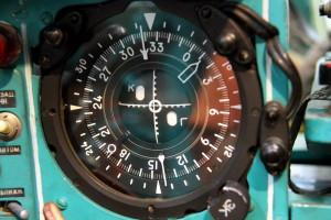Kursový indikkátor NPP-MK usnadňuje pilotovi navigaci blízko letiště.