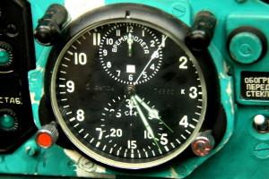Palubní hodiny AČS-1M se dvěma podružnými ciferníky a s dobou chodu 48 h.