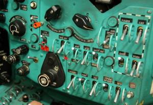 Panel úsekových spínačů radiovybavení a osvětlení kabiny.