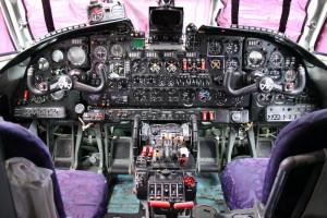 Celkový pohled do pilotních prostorů, řízení je zdvojené, uprostřed se nachází obrazovka meteorologického radiolokátoru.