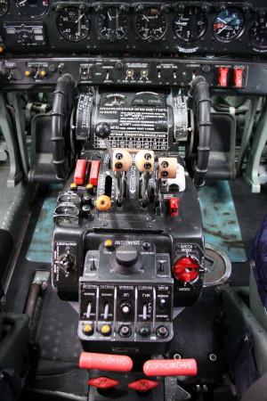 Středový panel s ovladači přípustí motorů, vyvážení, autopilota, podvozku a vztlakových klapek. Zajímavá je třetí plynová páka, umožňující při startovacím režimu přidat i tah pomocné startovací jednotky.
