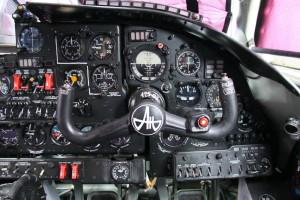 pohled na ruční řízení a přístrojové vybavení druhého pilota.