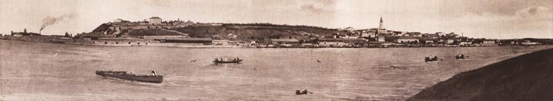 Bělehradskému panoramatu vévodí pevnost nad říčním soutokem (vlevo). Záhy po odmítnutí ultimáta srbská vláda opustila své sídlo, nařídila evakuaci Bělehradu a přesunula se do města Niš. Foto sbírka VHÚ.