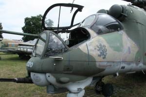 Kabina pilota a otevřená kabina pilota-operátora.