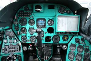 Pohled do zadní kabiny pilota, kde se kromě letových, motorových a výzbrojních přístrojů nachází i velký navigační plotter.