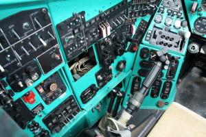 Panel úsekových spínačů na levé straně pilotního prostoru a páka kolektivního řízení.