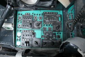 Pult střídavých a stejnosměrných elektrických rozvodů na pravé straně pilotní kabiny, zcela vlevo lékárnička.