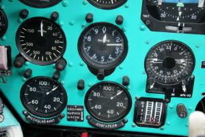 Detailní pohled na radiovýškoměr, barometrický výškoměr, ukazatel radiokompasu a otáčkoměry motorů a nosného rotoru.
