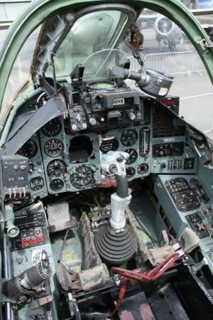 Rozšířený pohled na pilotní prostor a zasklení čelního štítku mohutným pancéřovým sklem.