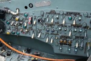 Pohled na pravý panel úsekových spínačů elektrovybavení a startování motorů.