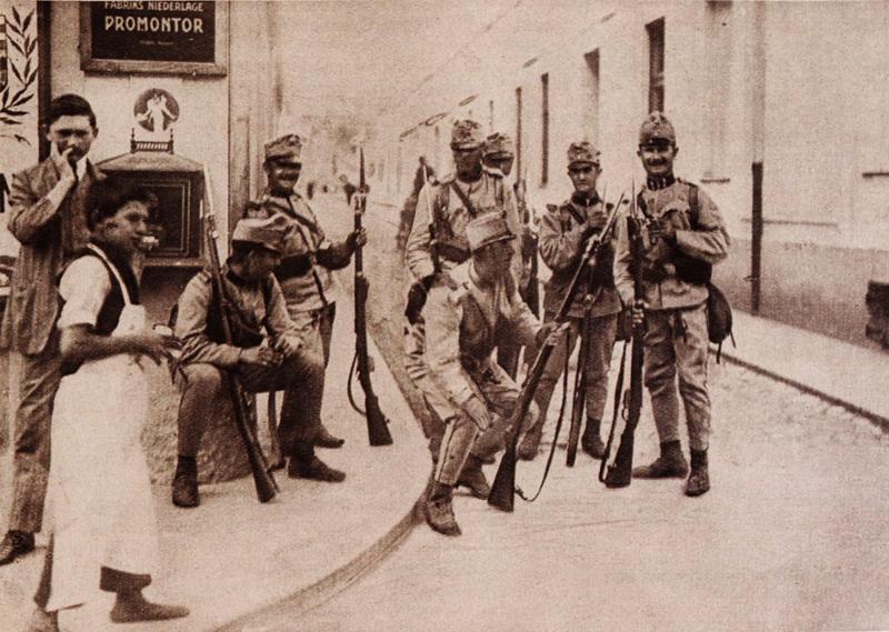 Příslušníci uherského pěšího pluku vyfotografovaní na hlídce v Zemuni na dohled Bělehradu. Foto sbírka VHÚ.