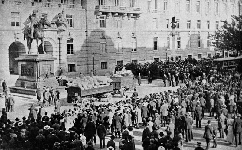 """Pro """"spravedlivou"""" válku proti Srbsku se v Rakousku-Uhersku podařilo získat rozhodující část veřejného mínění. Na veřejných místech i přímo před sídly úřadů se v oněch dnech mohutně manifestovalo. Na snímku je zachyceno shromáždění před budovou c. a k. ministerstva války na vídeňské Ringstraße. Foto sbírka VHÚ."""