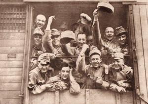 Válečné nadšení často sloužilo jako svérázný obranný mechanismus před smutkem z rozloučení s blízkými. Nikdo si však nepřipouštěl, že by měli mimo domov strávit déle než několik týdnů. Foto sbírka VHÚ.