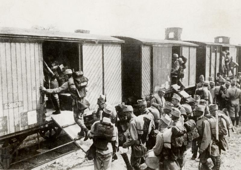 Rakousko-uherští pěšáci ve válečné ústroji nastupují do železničních vagonů. Foto sbírka VHÚ.