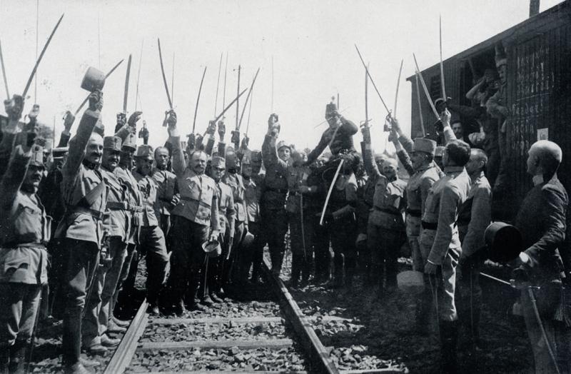Během zastávky vojenského transportu v Budapešti na nádraží vzdávají rakousko-uherští důstojníci nadšený hold následníkovi trůnu arcivévodovi Karlu Františku Josefovi (1887–1922), budoucímu císaři a králi Karlovi I. Foto sbírka VHÚ.