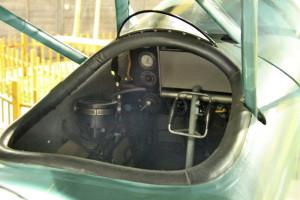 Aero Ab-11 - pozorovací letoun, ČSR / 1925. Pohled na vodorovný kompas, přípusť motoru, tlakoměr oleje, přepínač tlakoměru oleje a magnet, mapový plotter, přepínač benzínu, palivoměr a přepínač tlakování hlavní nádrže.