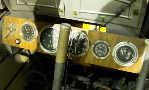 Letov Š-20 - stíhací letoun, ČSR / 1925. Pohledem do kabiny je vidět normální a výšková přípusť motoru, přepínač magnet, otáčkoměr, výškoměr, tlakoměr oleje a voltmetr. Dále jsou vidět ruční a nožní páky, nábojové schránky a nastřikování paliva.