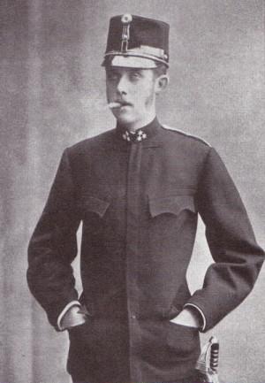 František Ferdinand jako rytmistr dragounského pluku č. 4 s jílcem důstojnické jezdecké šavle (1885-1888).Foto sbírka VHÚ.