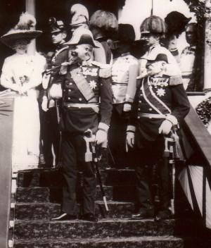 Arcivévoda František Ferdinand d´Este a admirál Rudolf Montecuccoli se šavlemi pro důstojníky námořnictva vzor 1850/71 v Terstu v roce 1909. Foto sbírka VHÚ.