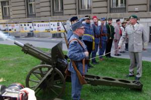 Zahájení výstavy provázel symbolický výstřel z dobového doprovodného kanónu Škoda. Foto army.cz