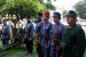 Dobovou atmosféru dokreslily uniformy členů klubu vojenské historie Gardekorps. Foto army.cz