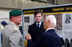 Generál Žižka a Tomáš Kykal při diskuzi u výstavních panelů. Foto army.cz