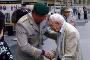 Generál Žižka se loučí s nejstarším hostem vernisáže plukovníkem ve výslužbě Gustavem Singerem, veteránem 2. světové války, který letos slaví 100 let a který při této příležitosti také zavzpomínal na osudy svého otce ve velké válce. Foto army.cz