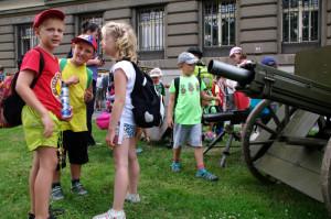 Navzdory prázdninám si výstavu nenechala ujít ani nejmladší generace. Foto army.cz