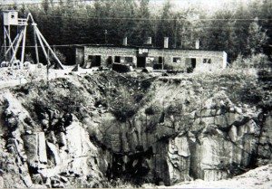 Lom Hluboká u Ležáků, budova strojovny lomu. Zde byla ukryta vysílačka Libuše, odtud vysílal Jiří Potůček. Foto sbírka VHÚ.