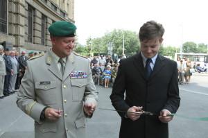 Slavnostní přestřižení pásky - generálmajor Žižka a autor výstavy Tomáš Kykal. Foto army.cz