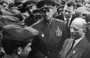 Ministr obrany SSSR maršál A. A. Grečko s představitelem NDR Waltrem Ulbrichtem u jednotek NVA. Foto sbírka VHÚ.