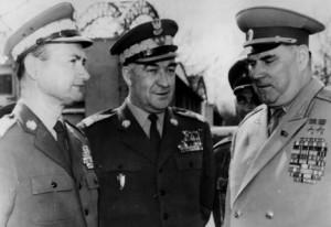 Návštěva maršála I. I. Jakubovského v Polsku v dubnu 1968, vlevo ministr národní obrany divizní generál W. Jaruzelski a náčelník HPS PLA divizní generál J. Urbanowicz. Foto sbírka VHÚ.