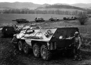 Nácvik chemické očisty OT–64 v poli u motostřelecké jednotky ČSLA. Foto sbírka VHÚ.
