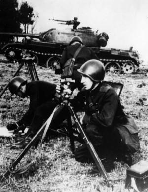 Obhlídka terénu před útokem, tanková jednotka SA. Foto sbírka VHÚ.