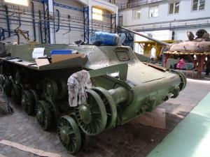 Podvozek tanku v průběhu restaurování