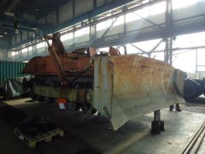 Buldozer, z nějž byly použity některé komponenty nezbytné pro restaurování tanku
