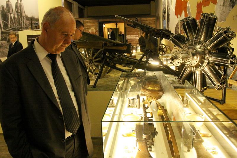 Účastníci konference při prohlídce výstavy V zákopech první světové války v Armádním muzeu Žižkov