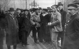Čtveřice námořníků postávající v hloučku na nábřeží před Žofínem 28. října 1918. Foto sbírka VHÚ. Foto sbírka VHÚ.