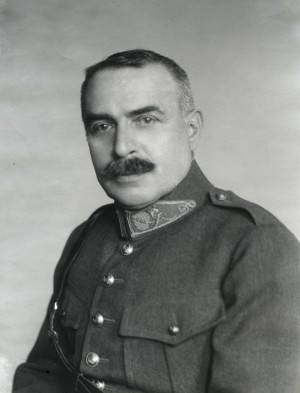 Jan Diviš na portrétním snímku z 20. let ve stejnokroji československého generála III. hodnostní třídy. Foto sbírka VHÚ.