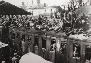 Živelný a nebezpečný návrat vojáků z fronty domů. Foto sbírka VHÚ.
