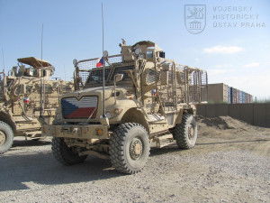 Na snímku je jedno z vozidel 2. strážní roty BAF s českou vlajkou namalovanou na mřížce chladiče. Jedná se o těžké obrněné vozidlo kategorie MRAP - Mine Resistant – Ambush Protected. Foto: Archiv VHU/2. strážní rota BAF