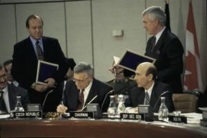 Podpis přístupu ČR k programu Partnerství pro mír 10. března 1994. Foto sbírka VHÚ.
