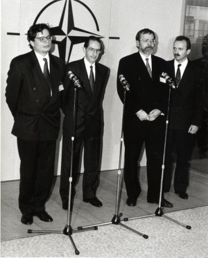 Dne 25. listopadu 1994 přijala Rada Severoatlantické aliance Individuální program pro Českou republiku, v němž byla konkretizována spolupráce v politické a vojenské oblasti s NATO. Jednání se zúčastnil z české strany náměstek ministra zahraničních věcí Alexandr Ondra a první náměstek ministra obrany Jiří Pospíšil. Foto sbírka VHÚ.