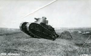 Tank Renault FT francouzského původu ve službách čs. armády při překonávání překážek. Foto sbírka VHÚ.
