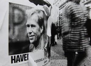 Dny před prezidentskou volbou. Na plakátu je patrně nejzdařilejší tehdejší portrétní fotografie V. Havla, kterou vytvořil filmový publicista Miloš Fikejz. Foto Andrej Halada.